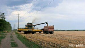 Рыбалка в Украине ФОТОФАКТ Комбайн выгружает зерно