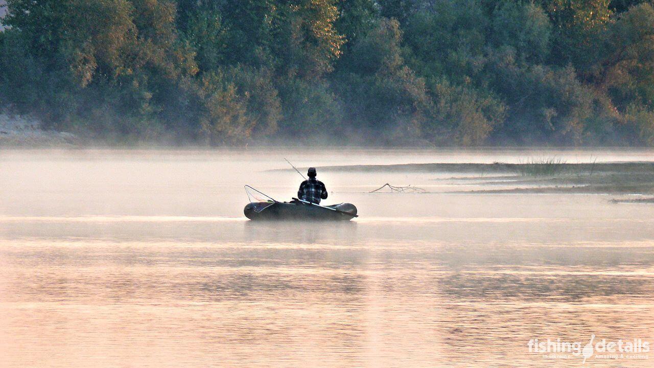 На реке Десна Рыбак в лодке